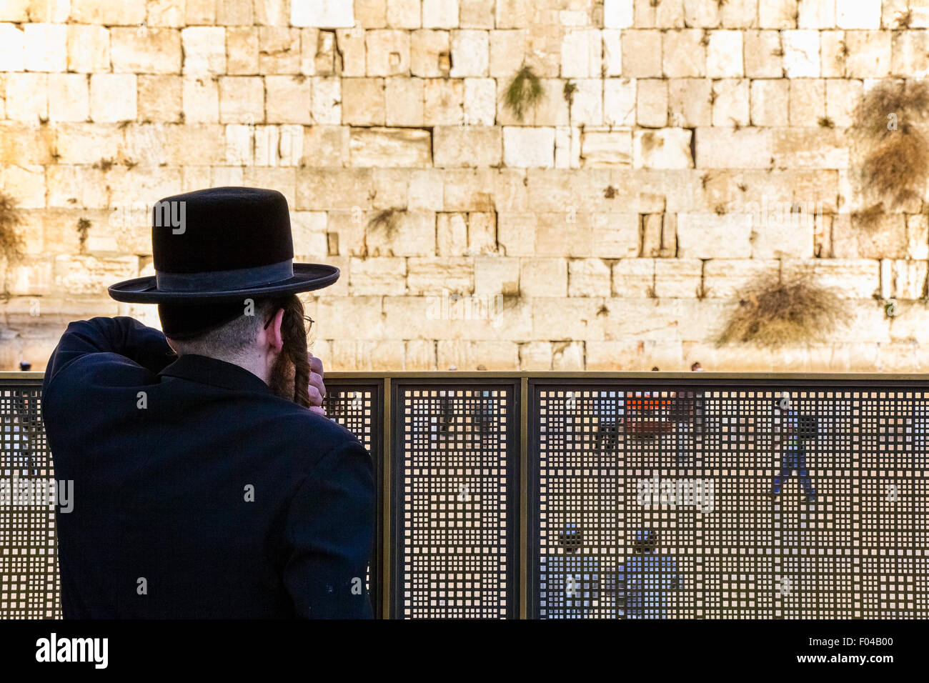 Israel, Jerusalem, an orthodox jew looking at the western wall - Stock Image