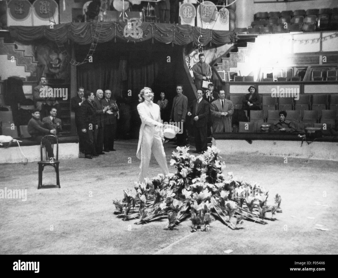 Bergman, Ingrid, 29.8.1915 - 29.8.1982, Swedish actress, half length, during rehearsal for gala of the Union des - Stock Image