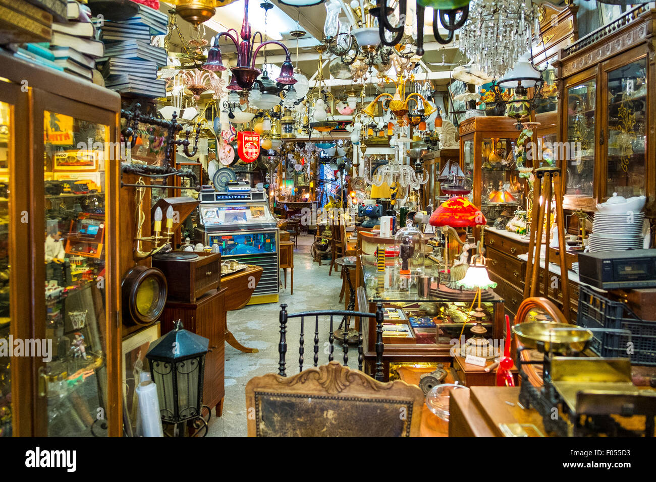 interior junk antique bric-a-brac collectible shop collectibles antiques loads of stuff crammed - Stock Image