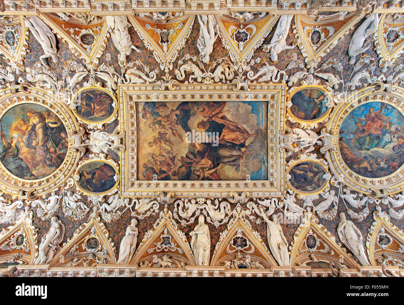 The Four Doors Room, a magnificent and detailed coffered ceiling with intricate stucco work in Doge Palace, including - Stock Image