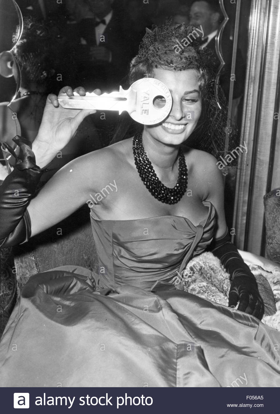 Loren, Sophia, * 20.9.1934, Italian actress, half length, at premiere of the movie 'The Key', 1958, Additional - Stock Image