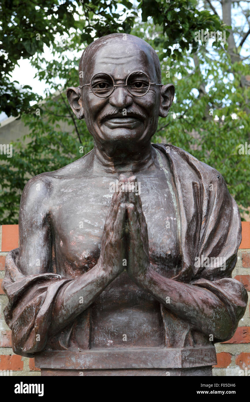 Statue of Mahatma Gandhi in the Museums Quarter of Hull, England. The memorial commemorates the Indian nationalist - Stock Image
