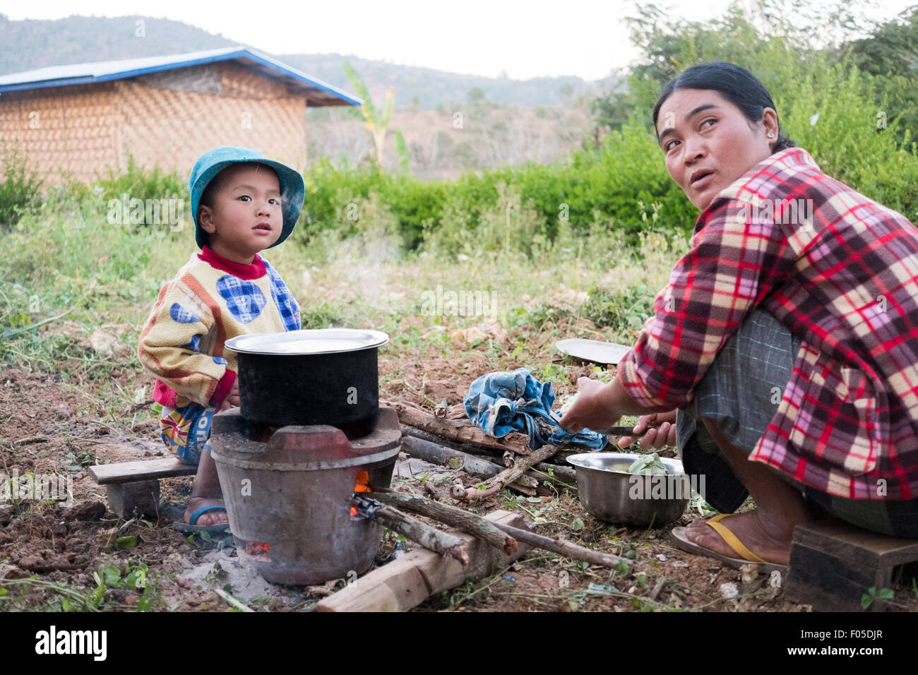 A mother and daughter cook in a remote village in the Kalaw District of Myanmar ( Burma ) - Stock Image