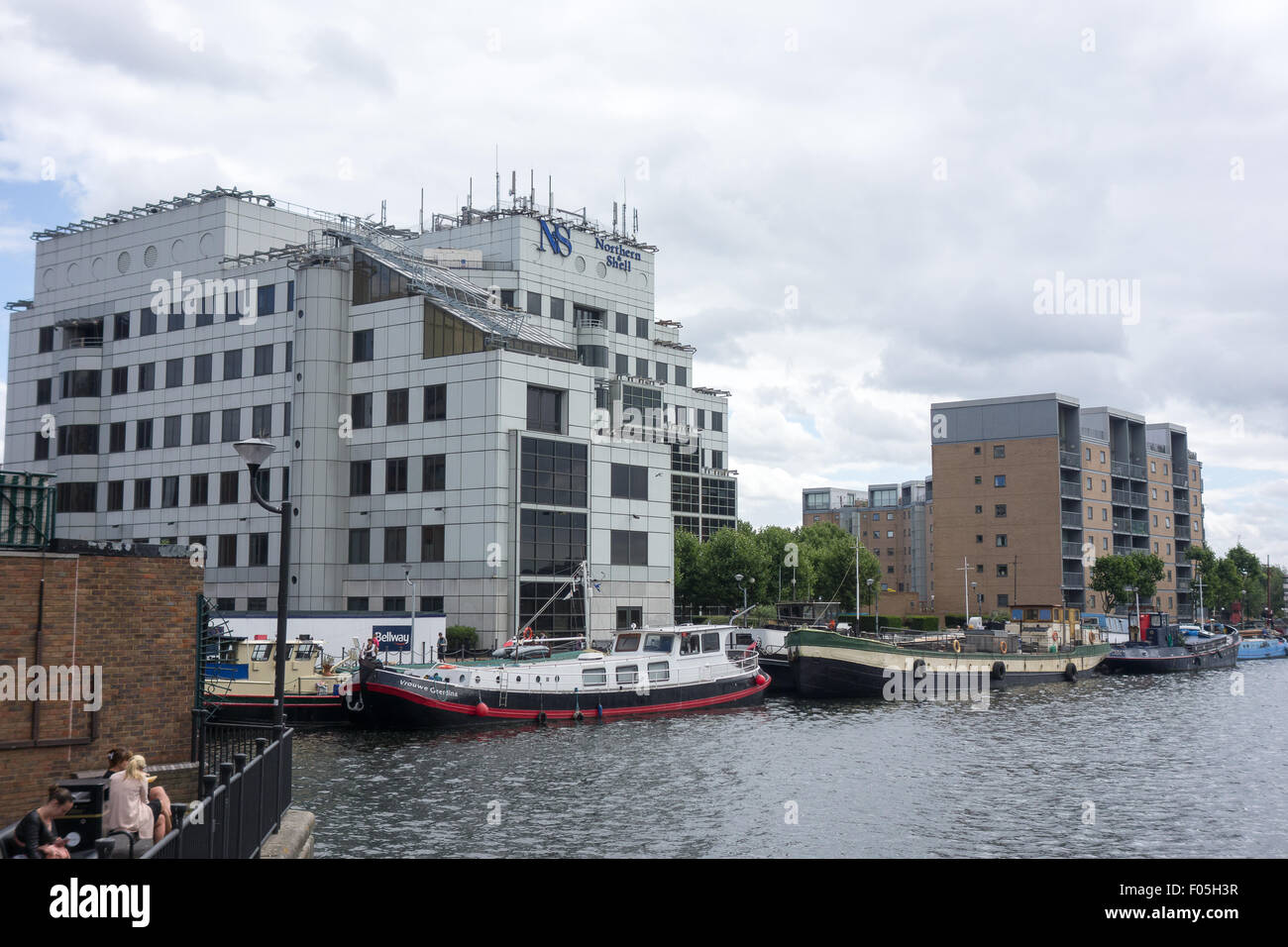 The Northern Shell Tower is home to the Northern & Shell Media Group and overlooks a dock in Crossharbour, - Stock Image