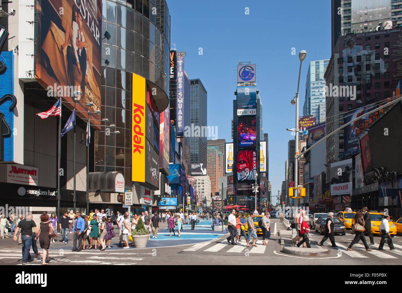 PEDESTRIANS CROSSWALK TIMES SQUARE MIDTOWN MANHATTAN NEW YORK CITY USA - Stock Image