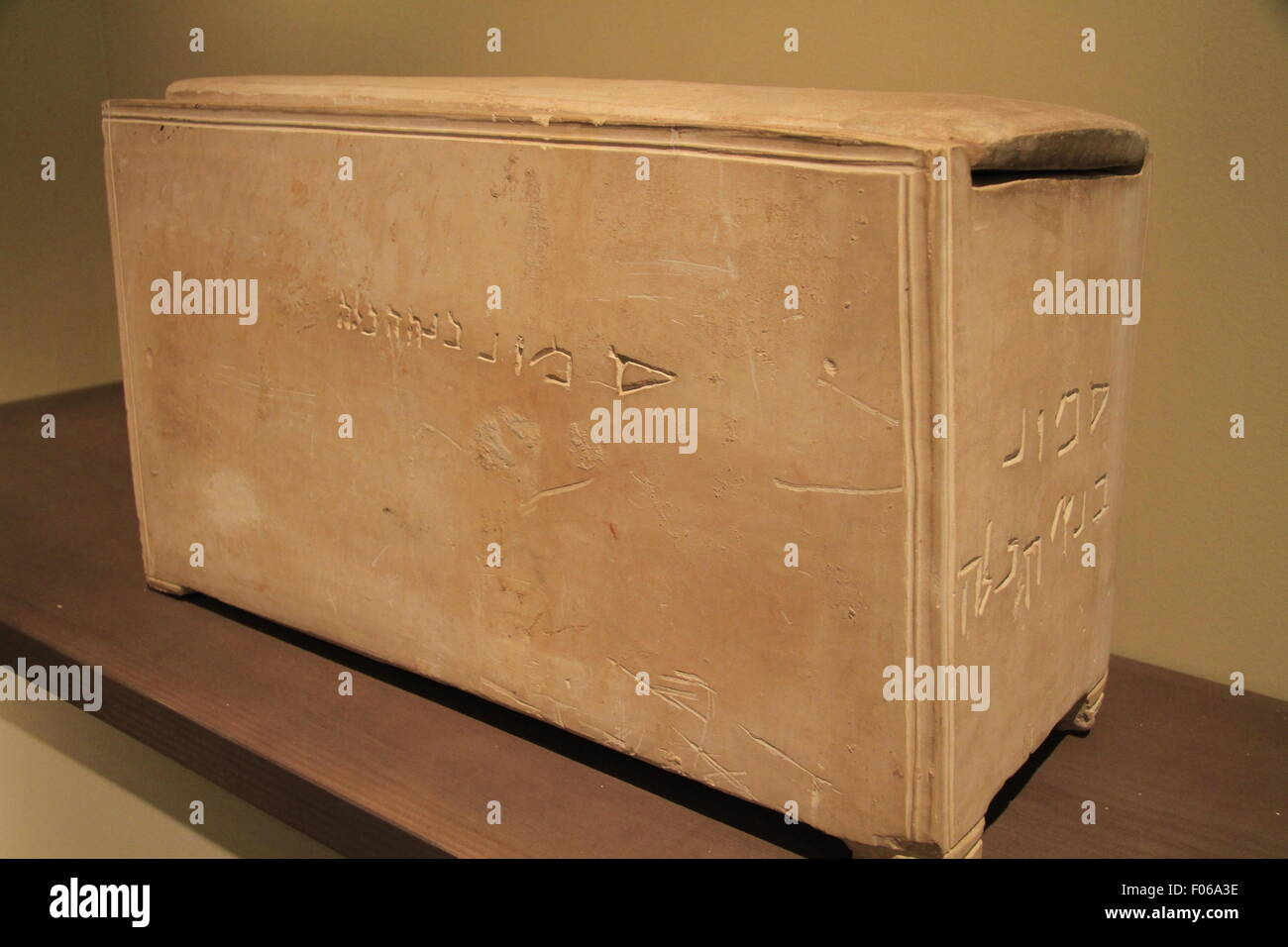A 1st century AD ossuary with an Aramic inscription 'Builder of the Temple' on display at the Israel Museum - Stock Image