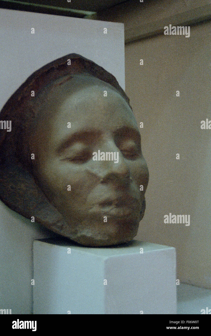 The death mask of Vysotsky was sold for 55 thousand euros. 25.11.2015 81
