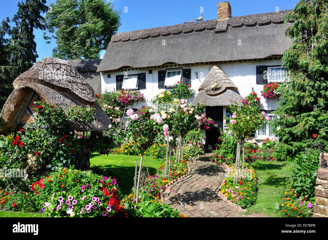 Pretty thatched cottage and garden, Longford Village, London Borough of Hillingdon, Greater London, England, United - Stock Image