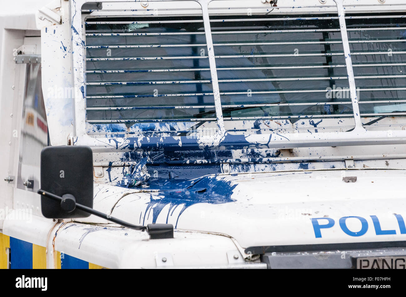 Belfast, Northern Ireland. 09 Aug 2015 - A PSNI landrover is hit with a paint bomb during a riot in Belfast Credit: - Stock Image