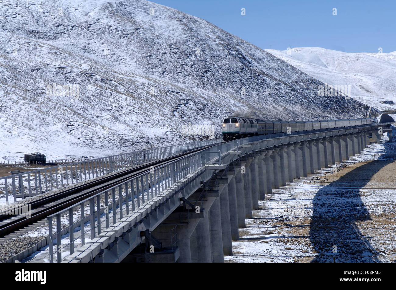 (150810) -- LHASA, Aug. 10, 2015 (Xinhua) -- Photo taken on Oct. 25, 2006 shows a train running on the plateau in - Stock Image