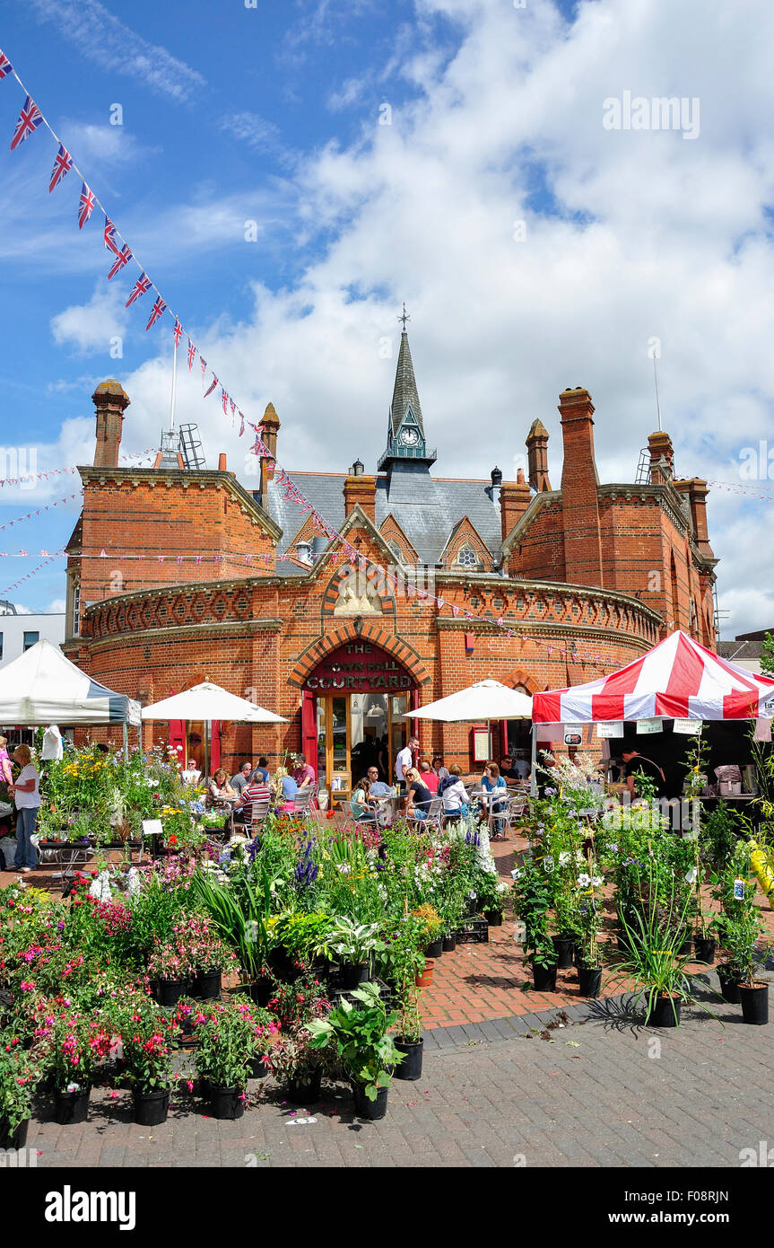Outdoor stalls on Market Day by Wokingham Town Hall, Market Place, Wokingham, Berkshire, England, United Kingdom - Stock Image