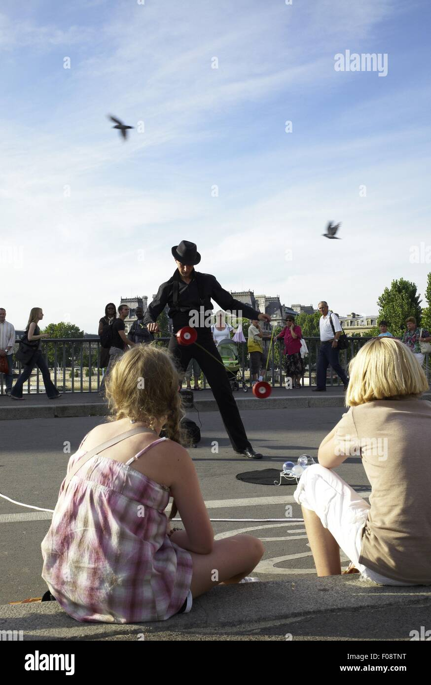 Juggler performing on Pont Saint-Louis bridge in Paris, France - Stock Image