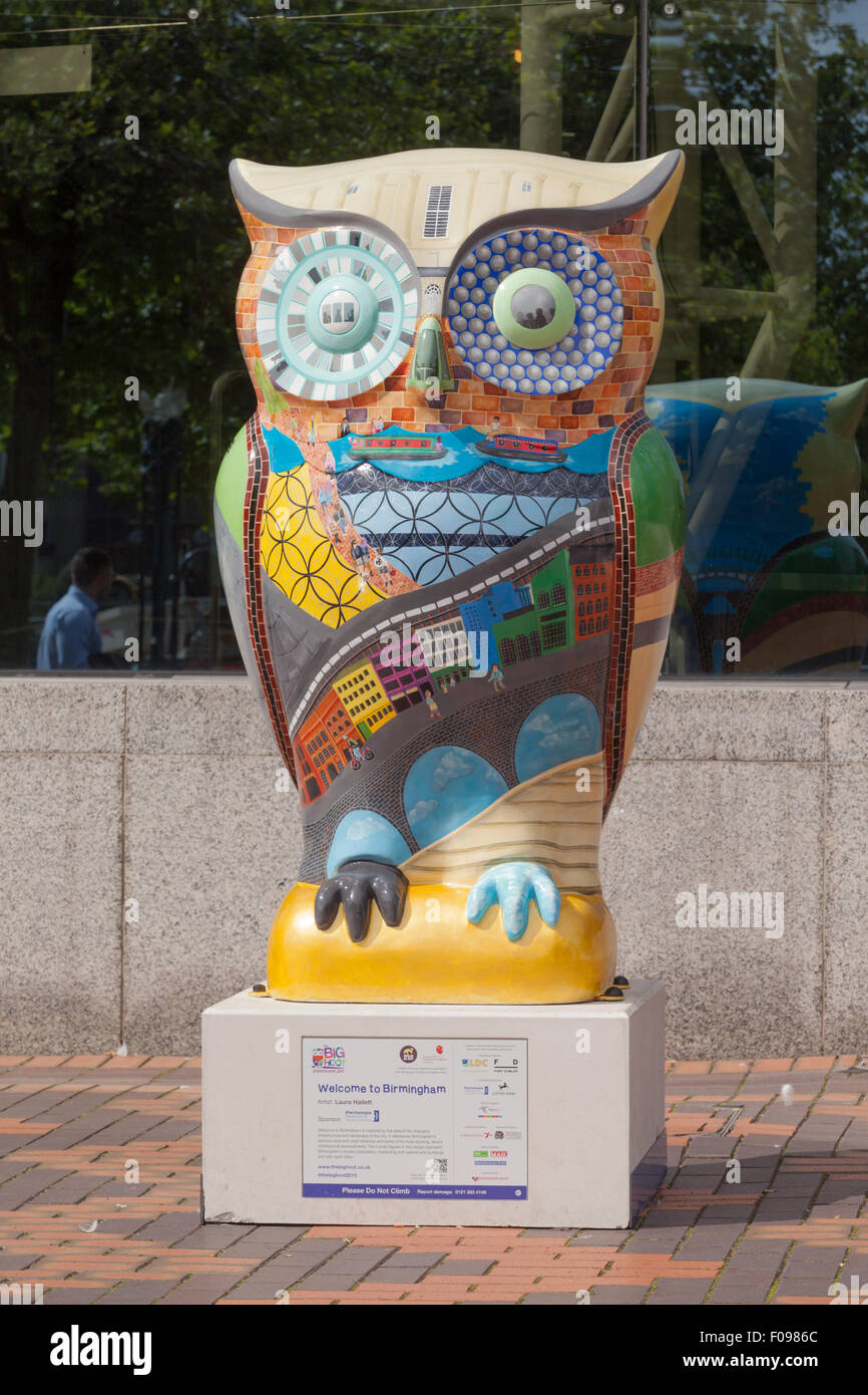 'The Big Hoot' owl outdoor exhibition in and around Birmingham UK. A series of large owls have been decorated - Stock Image