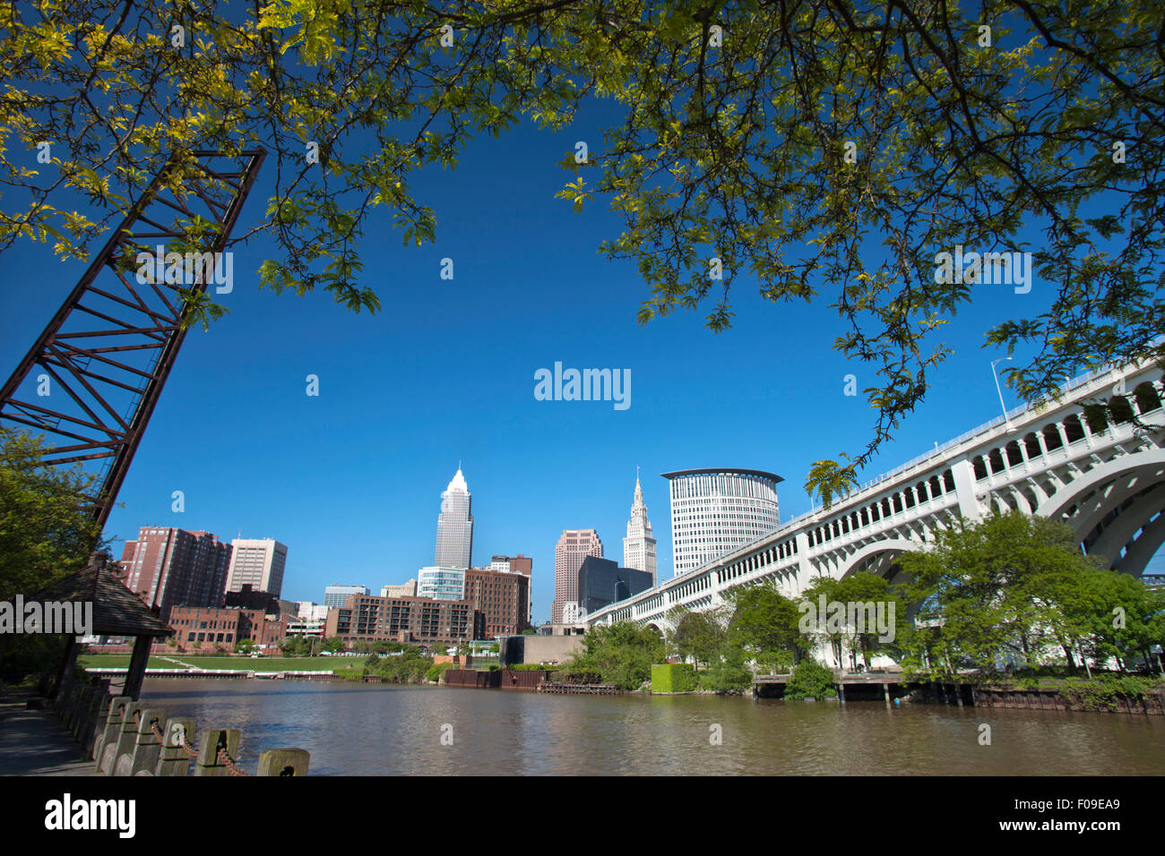 CUYAHOGA RIVER AT SETTLERS LANDING PARK DOWNTOWN SKYLINE CLEVELAND OHIO USA - Stock Image