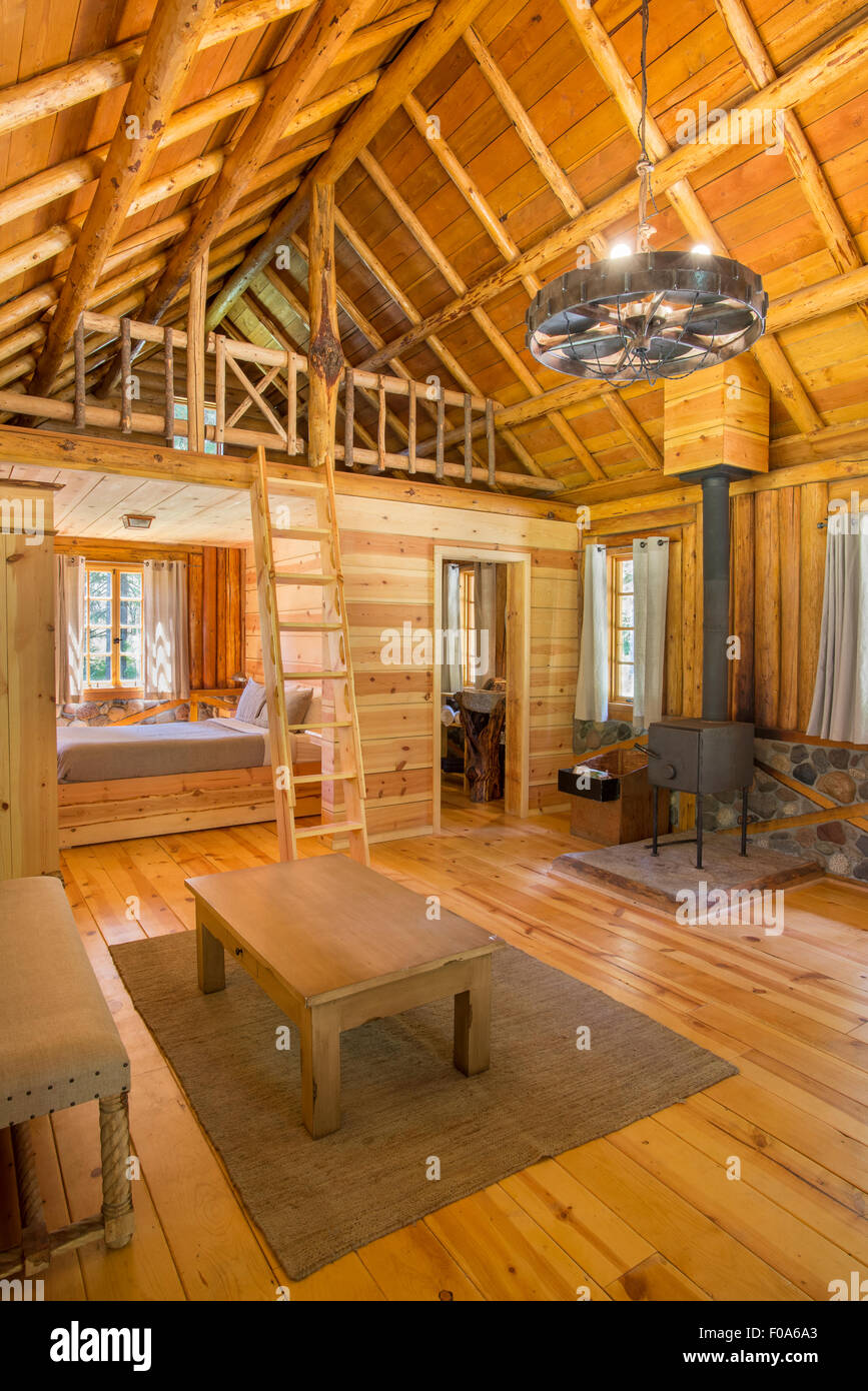 Interior of a log cabin at Minam River Lodge in Oregon's Wallowa Mountains. - Stock Image
