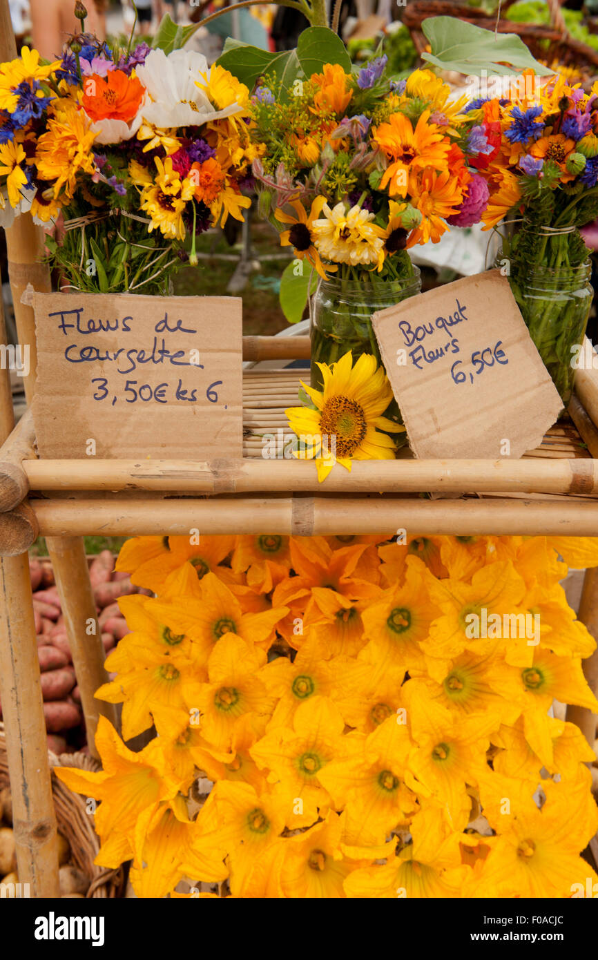 Traditional French market stall with flowers on display, Issigeac, France - Stock Image
