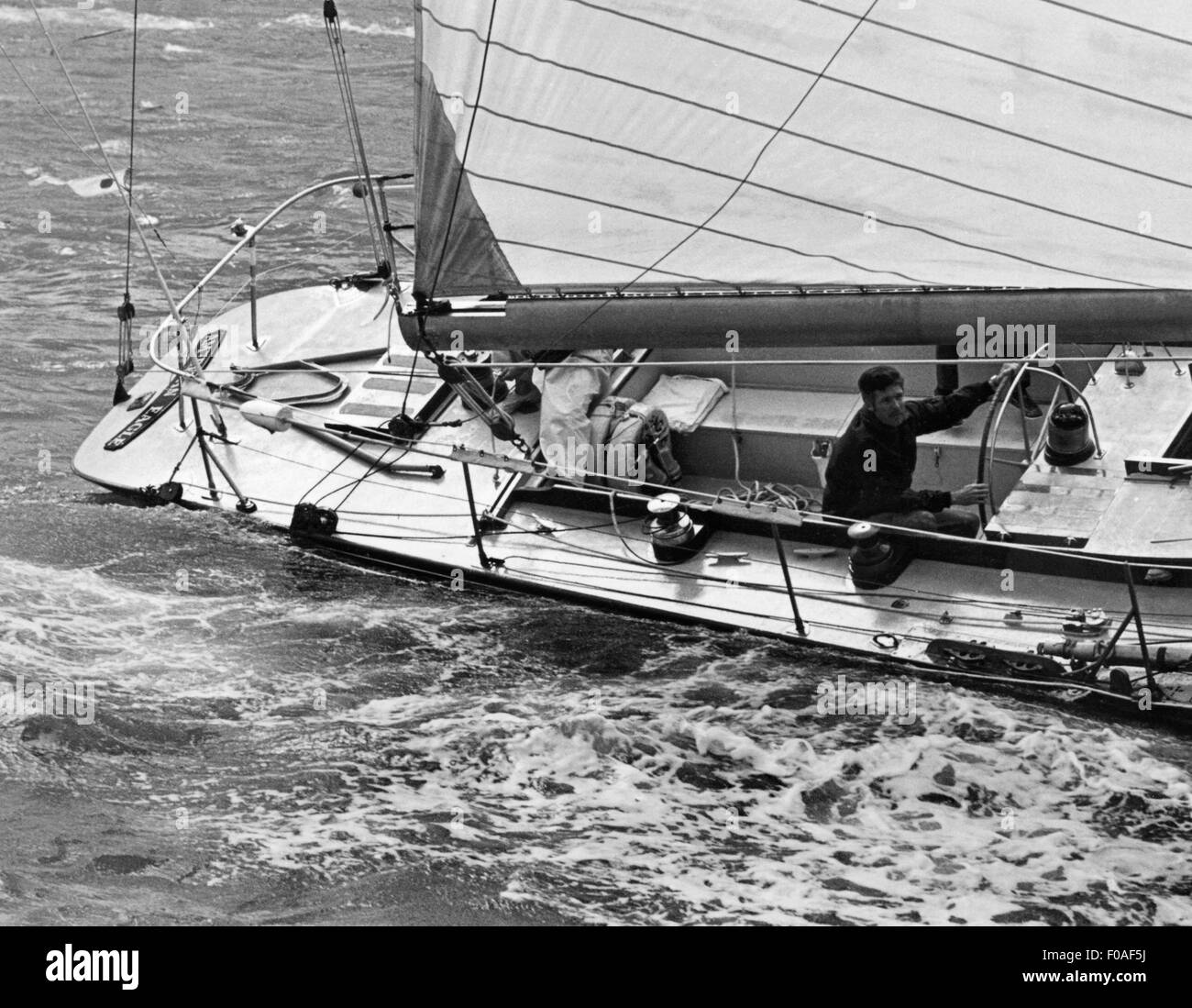 AJAXNETPHOTO - AUGUST, 1971. COWES, ENGLAND. - FASTNET RACE - TED TURNER AT THE HELM OF THE CONVERTED 12M YACHT - Stock Image