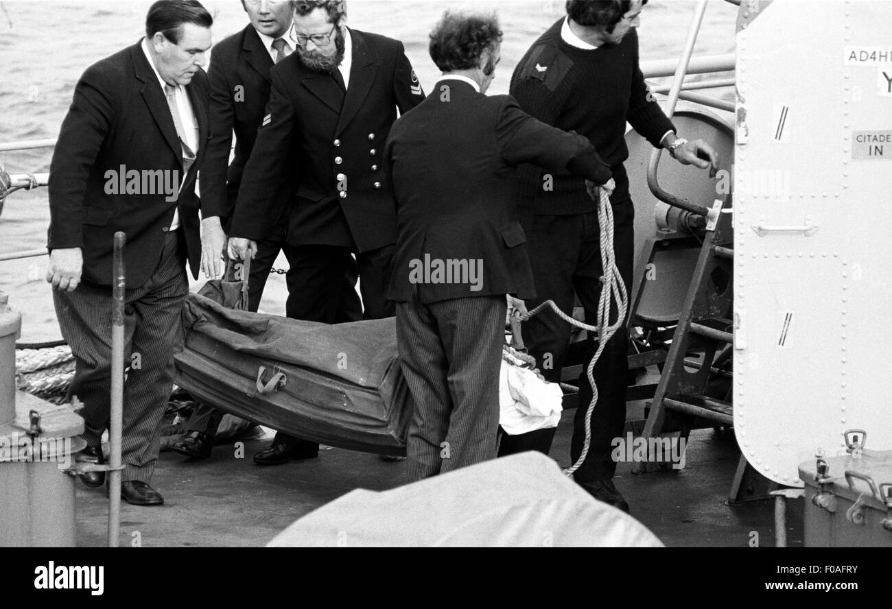 AJAXNETPHOTO. - 16th August, 1979. PLYMOUTH, ENGLAND. - FASTNET END - UNDERTAKERS AND CREW REMOVE THE BODY OF A - Stock Image
