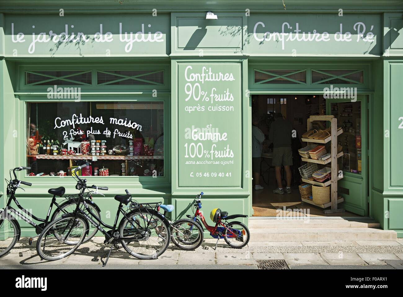 Bicycle in front of confiture de Re shop, Le Bois-Plage-en-Re, Ile de Re, France - Stock Image