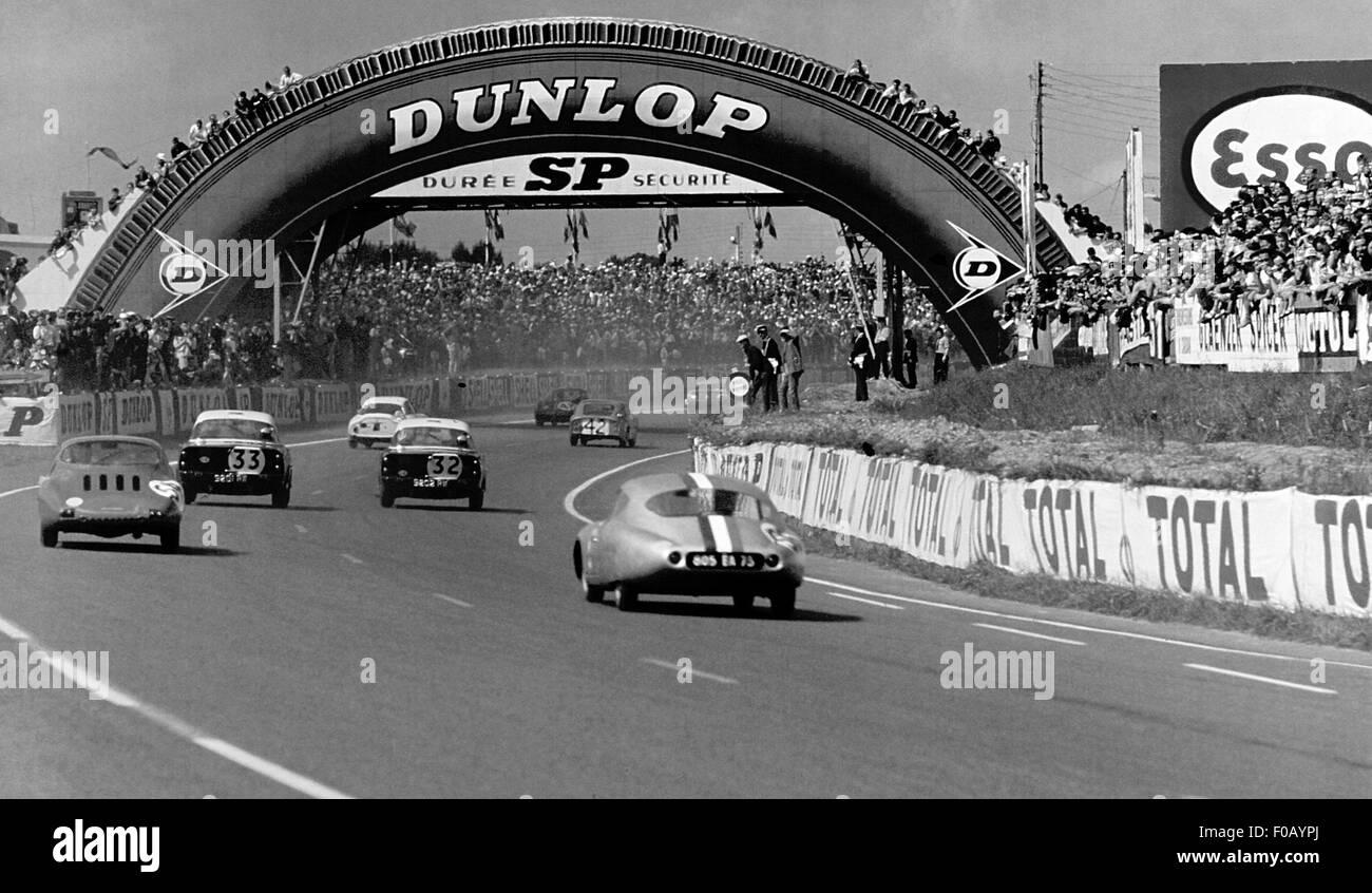 24 Hours Le Mans1962. No32 Peter Harper,Peter Procter Sunbeam Alpine, No33 Paddy Hopkirk,Peter Jopp Sunbeam Alpine - Stock Image