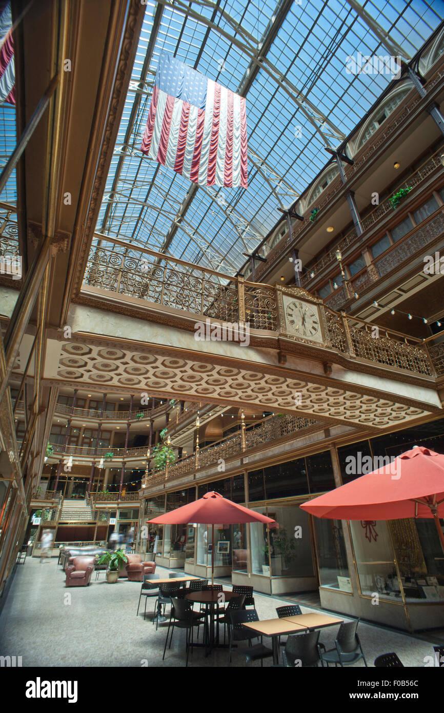 VICTORIAN SHOPPING ARCADE HYATT REGENCY HOTEL DOWNTOWN CLEVELAND OHIO USA - Stock Image