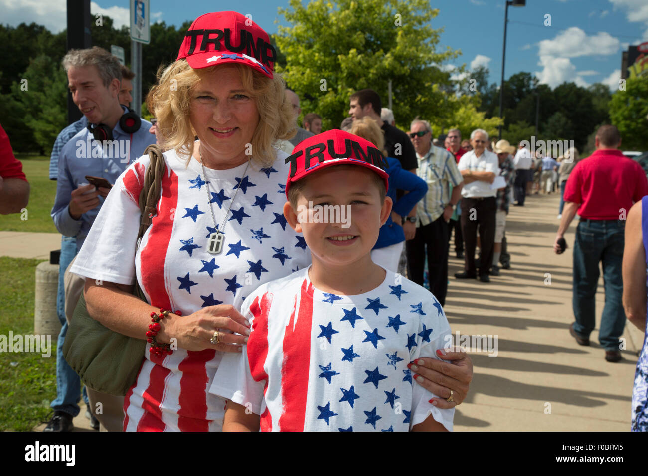 Birch Run, Michigan USA - August 11, 2015 - Holly Gaul (left) and Caleb Green, 9, were among those who lined up - Stock Image
