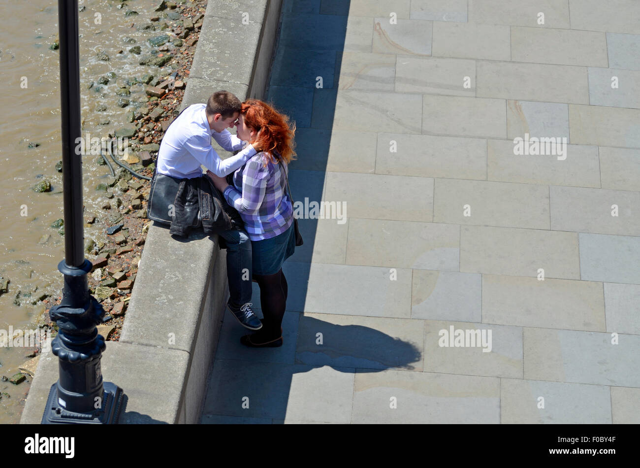 London, England, UK. Young couple by the river Thames, close to St Paul's Cathedral - Stock Image