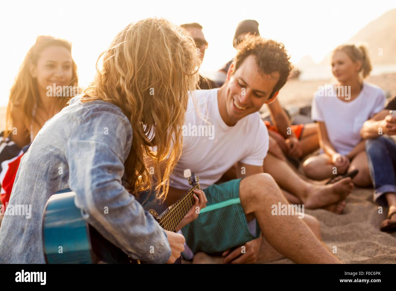 Group of friends camping on beach - Stock Image