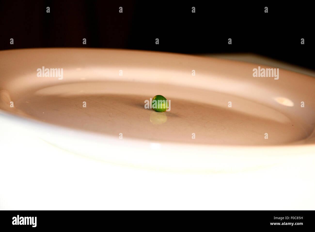 Diaet/ diet: Symbolbild: eine aus einer Bohne bestehende Mahlzeit/ a dish consisting only of one bean - Symbolbild Stock Photo