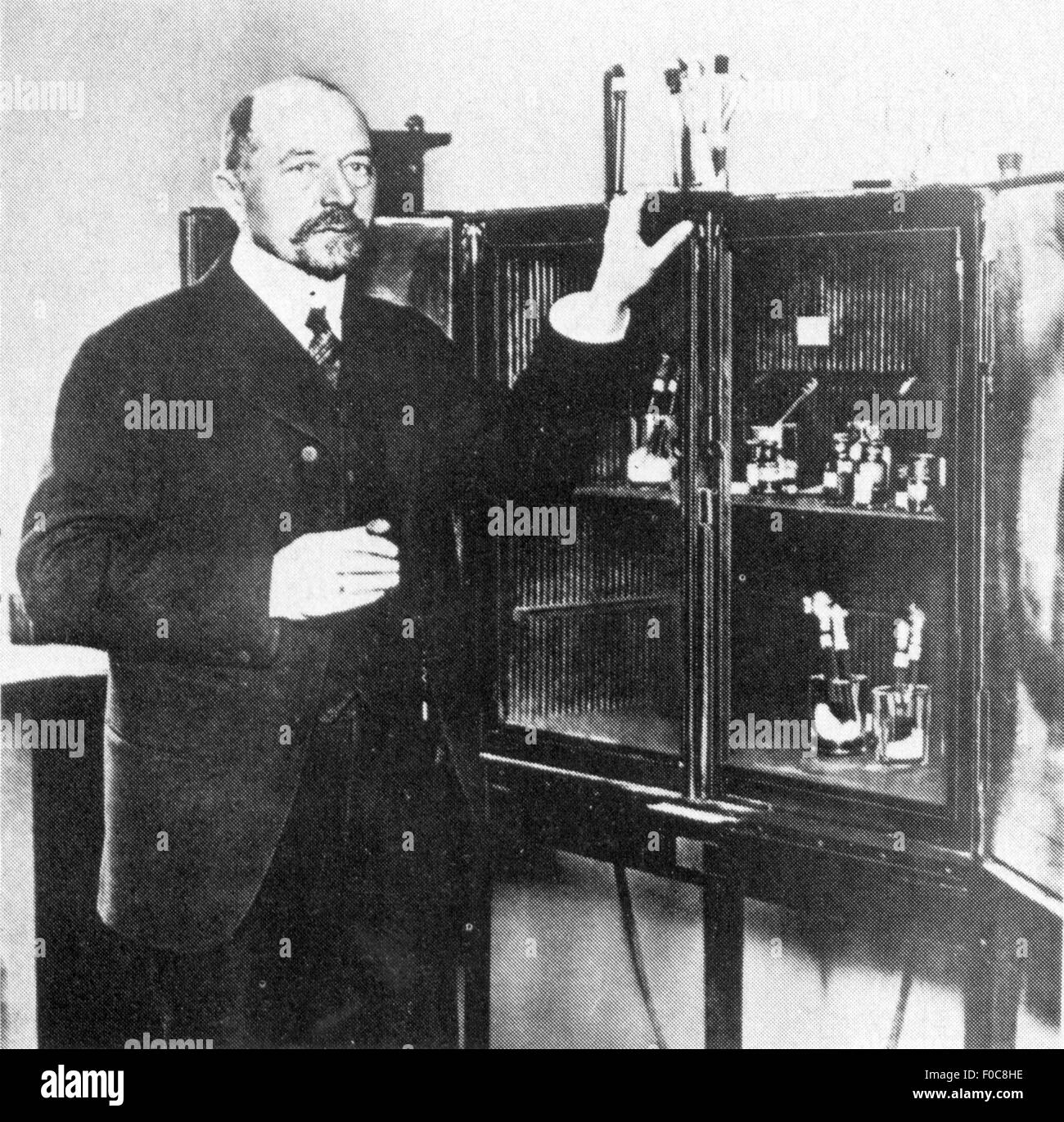 Behring, Emil von, 15.3.1854 - 31.3.1917, German scientist (bacteriologist), half length, in front of incubator - Stock Image