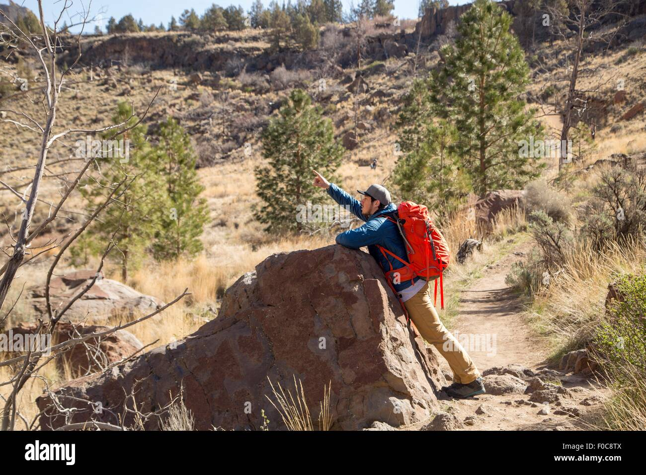 Backpacker pointing up, Smith Rock State Park, Oregon - Stock Image