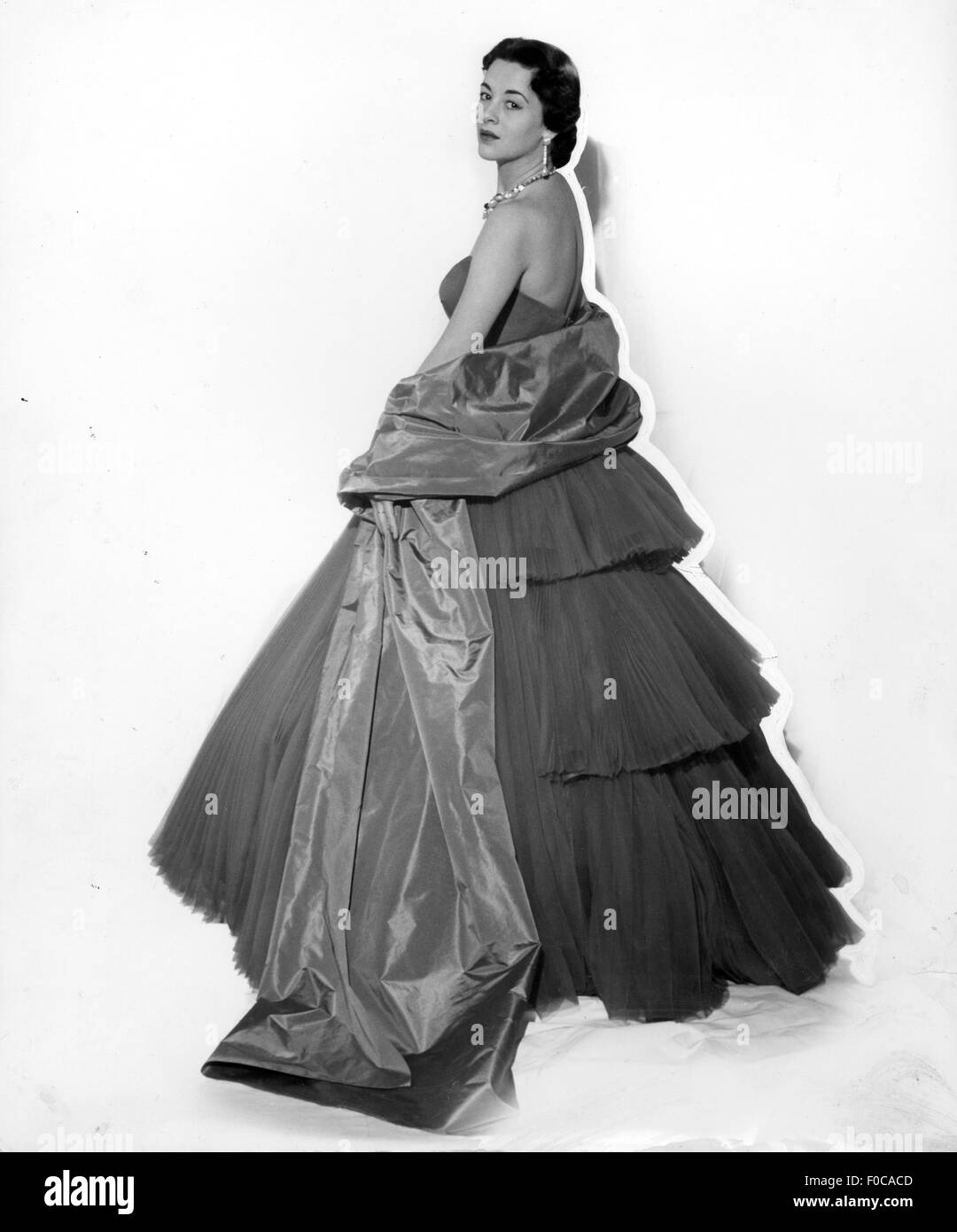 fashion, 1950s, evening fashion, woman in strapless evening dress with stole by 'Veneziani', Milan, 1951, - Stock Image
