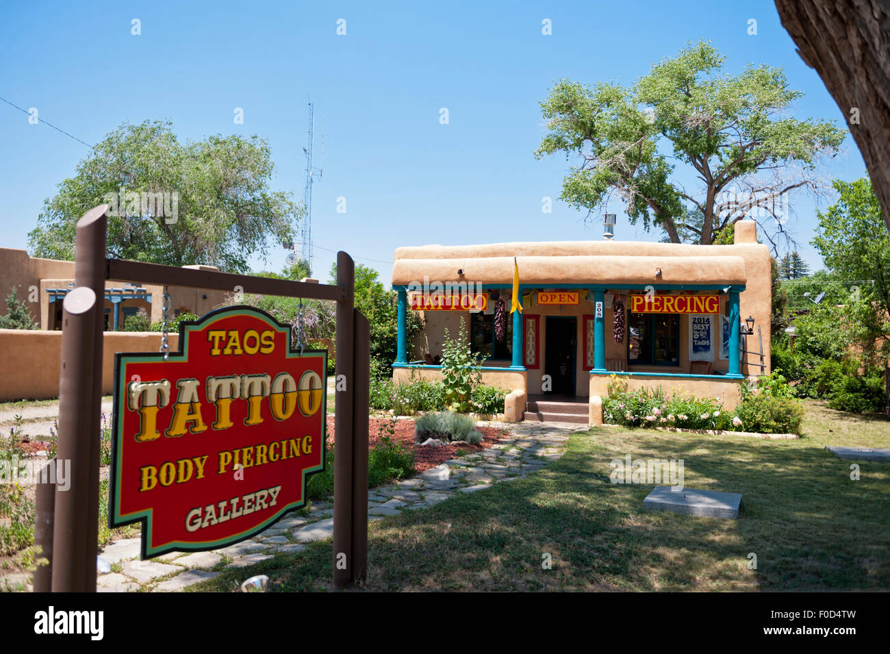 Taos tattoo and body piercing shop, Taos New Mexico - Stock Image