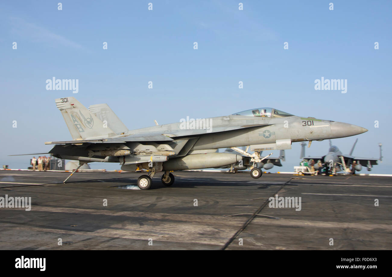 An F/A-18E Super Hornet assigned to the Knighthawks of Strike Fighter Squadron 136 (VFA-136), makes an arrested - Stock Image