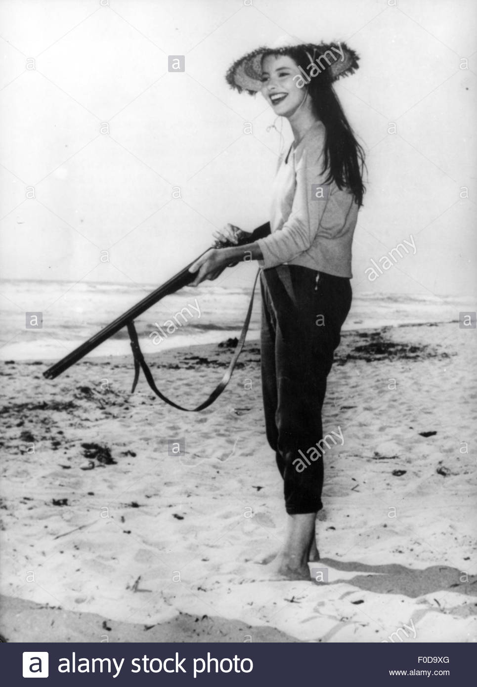 Sassard, Jacqueline, * 13.3.1940, French actress, full length, with gun, on the beach, presentation of movie, 'Guendalina', - Stock Image