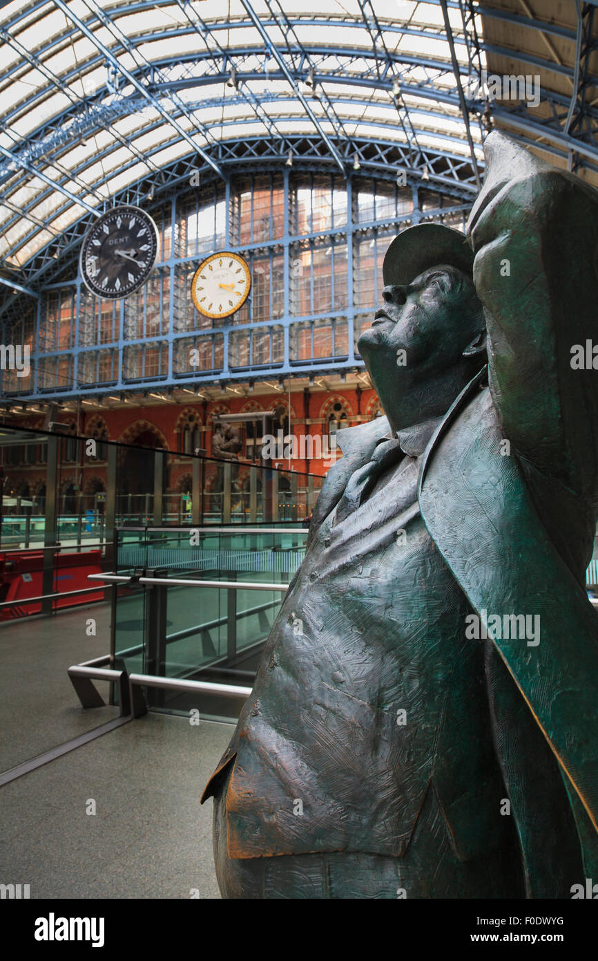 Statue of John Betjeman at St Pancras Railway Station with the Dent clock and replica - Stock Image