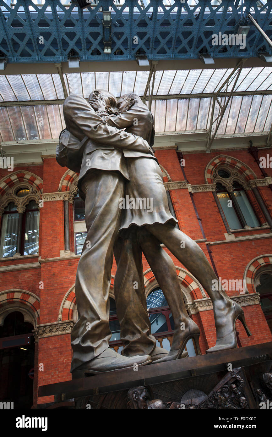The Meeting Place statue by Paul Day at St Pancras railway station London Stock Photo