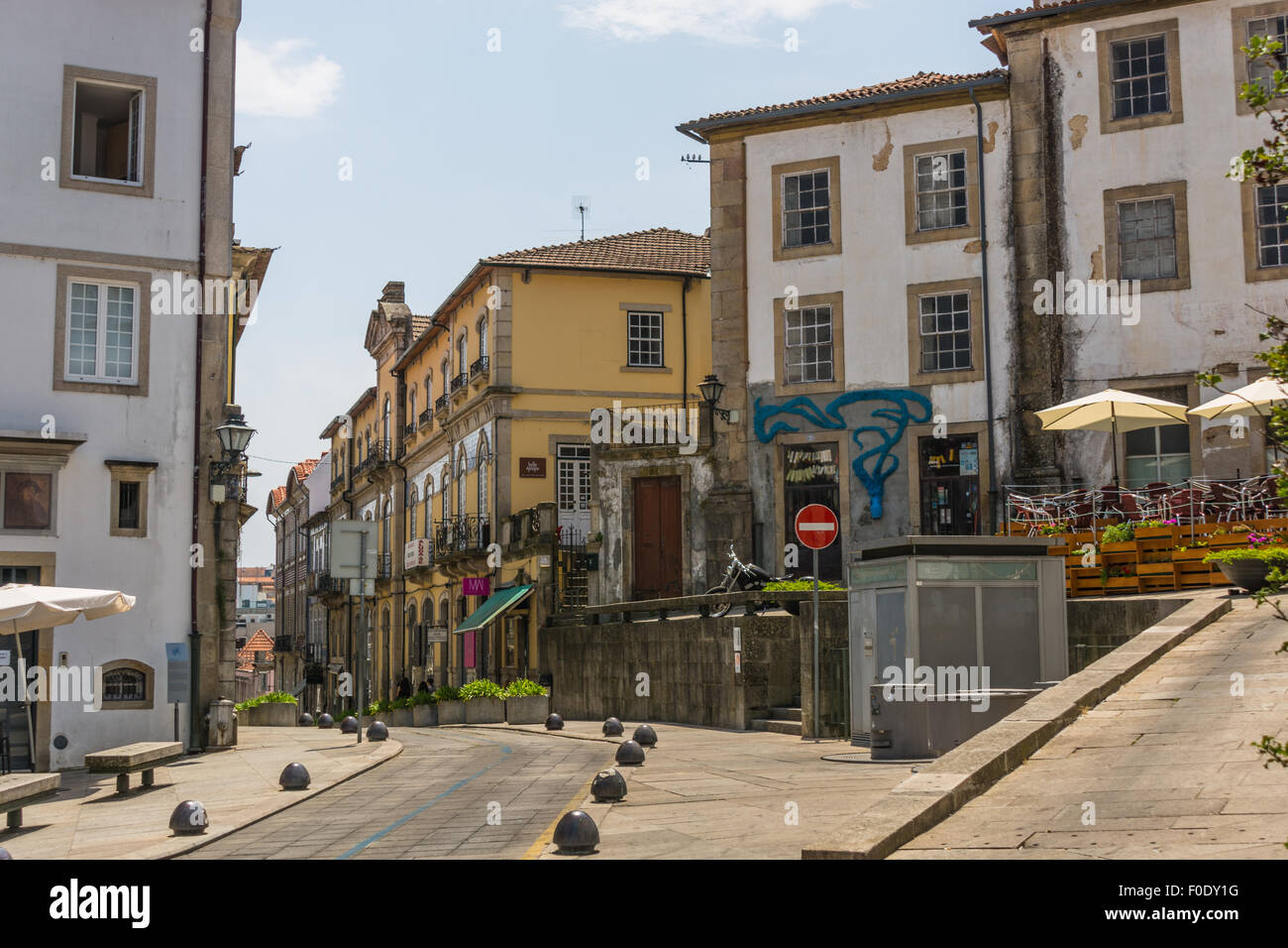 Paça de D Duarte, Viseu, Portugal: Square with shops and houses to the rear of cathedral in historic town centre - Stock Image