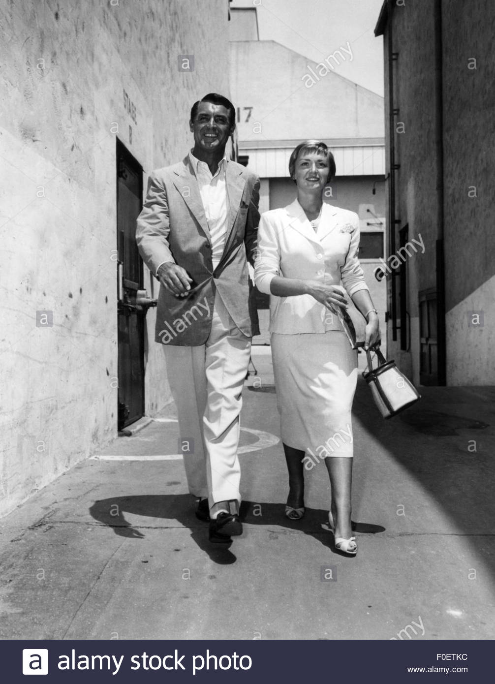 Grant, Cary, 18.1.1904 - 30.11.1986, American actor, full length, with Brigitte Auber during a shooting break of - Stock Image