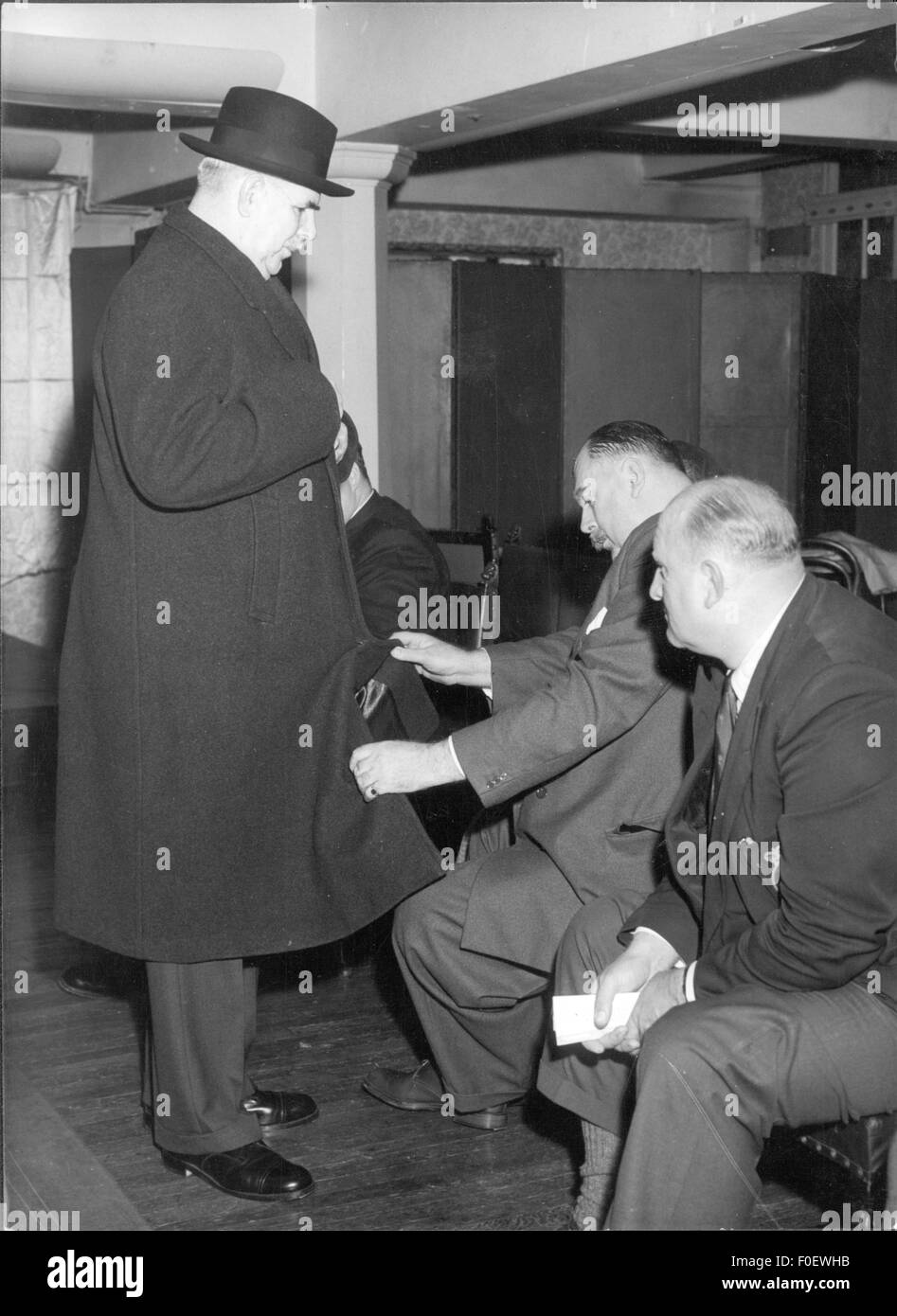 fashion, 1950s, A.D.Brittan presenting a man's overcoat during fashion show for oversizes, Royal Hotel, London, - Stock Image