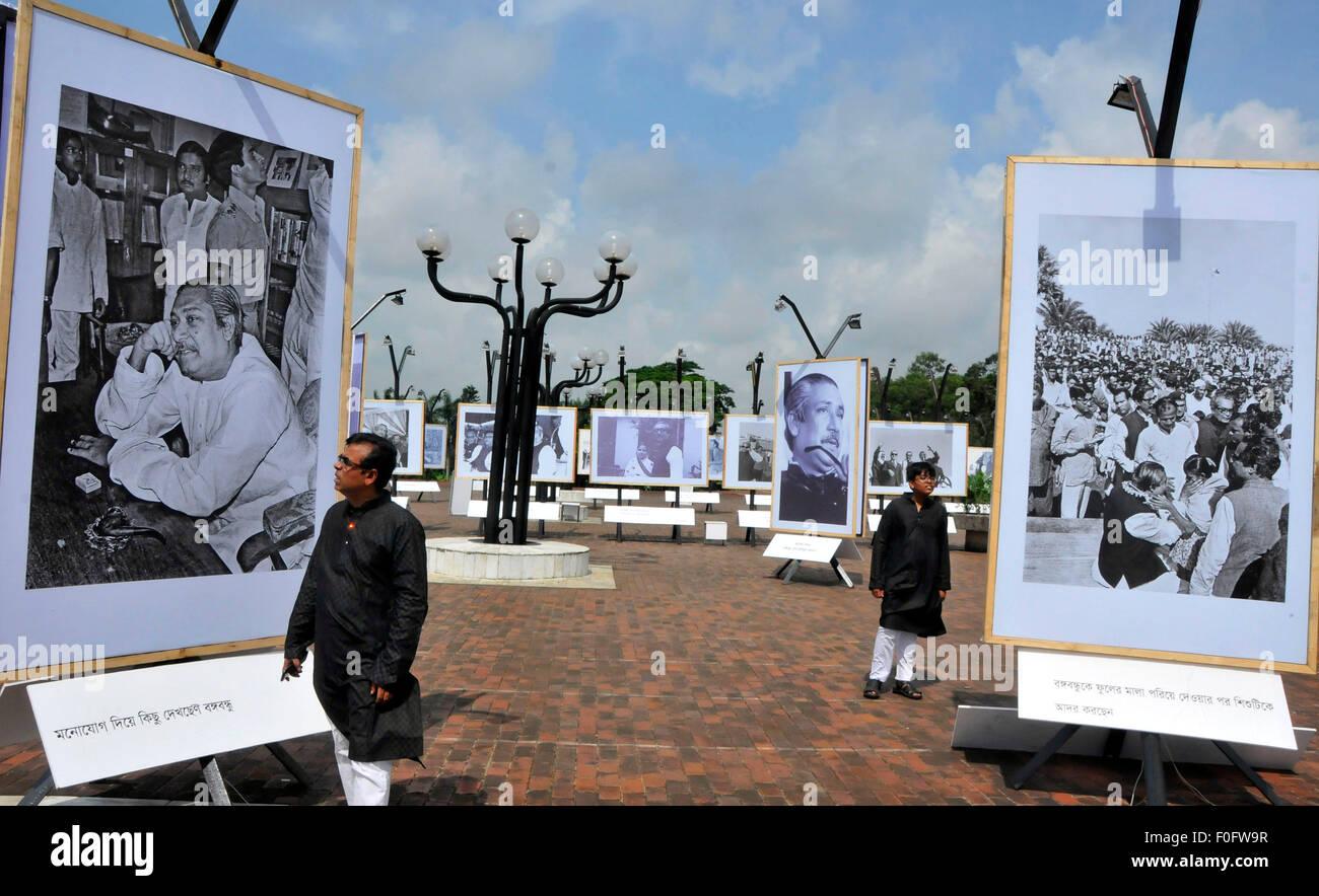 Dhaka, Bangladesh. 15th Aug, 2015. Bangladeshi people visit a historical photograph exhibition on Bangladesh's - Stock Image
