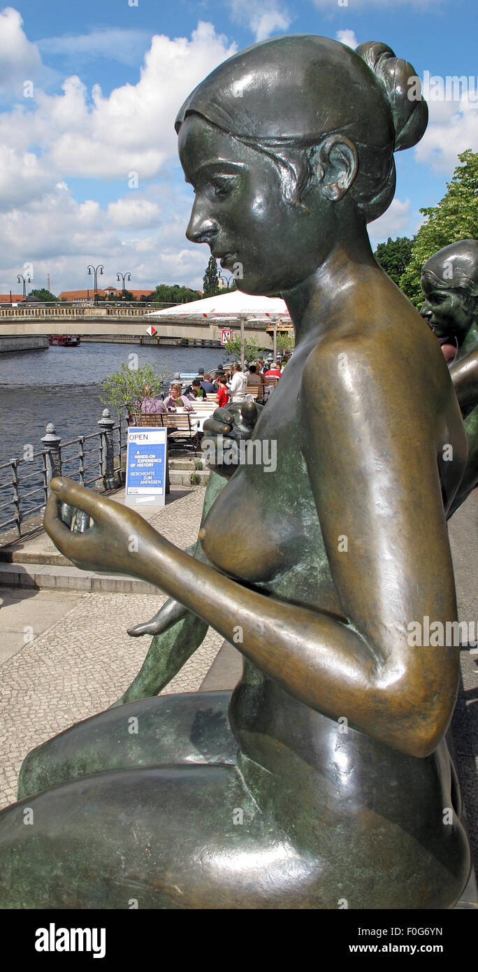 Three girls and a boy by Wilfried Fitzenreiter - Statue by the Spree River, Moabit, Berlin, Germany - Stock Image