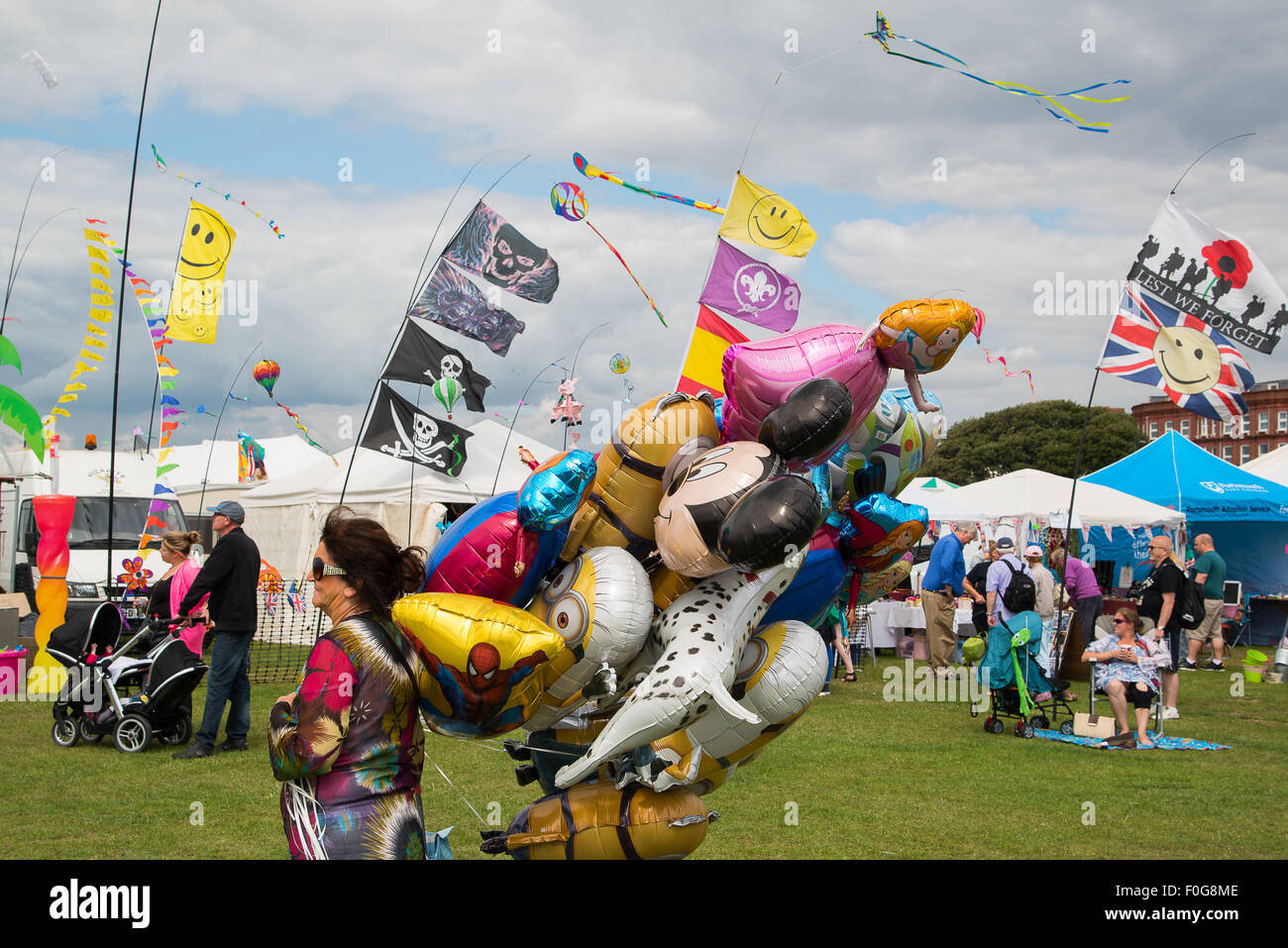 Portsmouth, UK. 15th August 2015. Hundreds turn out for the International Kite Festival in Portsmouth with large Stock Photo