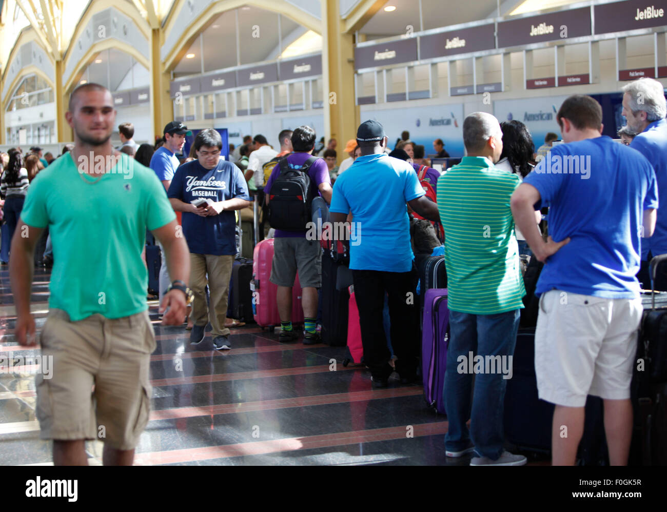 Washington, DC, USA. 15th Aug, 2015. Passengers form a long line waiting to check in at Ronald Regan National Washington - Stock Image