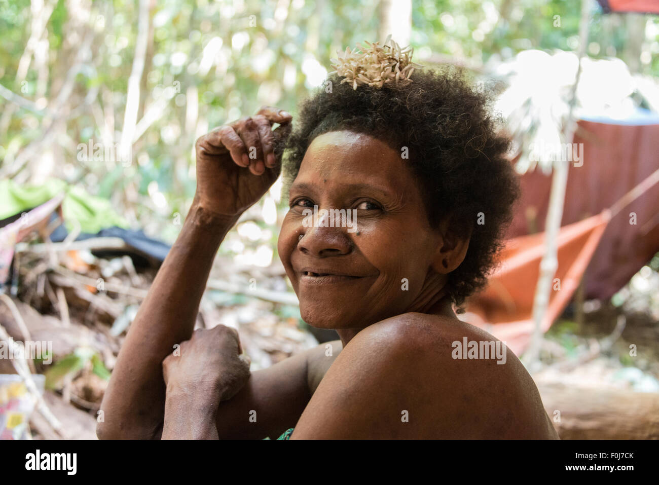 Woman of the Orang Asil tribe sitting in the jungle, portrait, Native, Indigenous Volk, tropical rain forest - Stock Image
