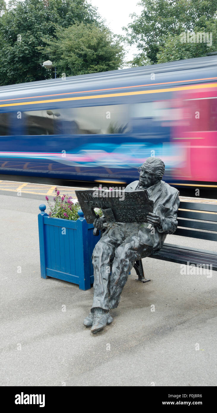 Sculpture of Sir Nicholas George Winton MBE on Maidenhead Railway Station -3 - Stock Image