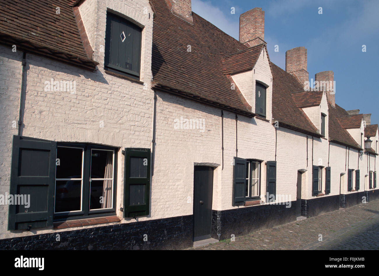 Belgium, Bruges, Museum voor Volkskunde, seventeenth century white washed brick almshouses of the folk museum. - Stock Image