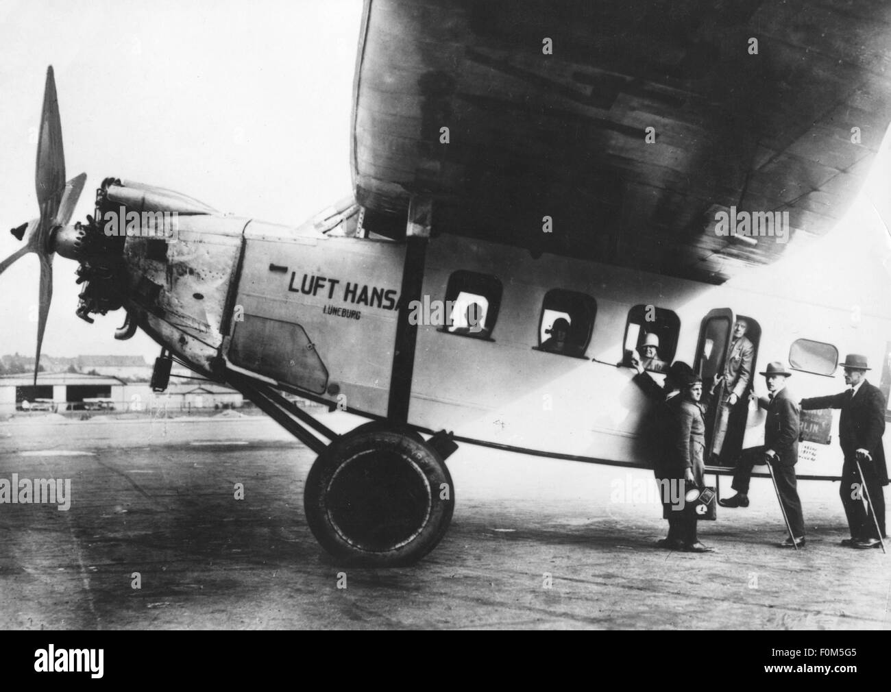 transport / transportation, aviation, Lufthansa, passengers boarding of a Focke Wulf 'Moewe', Germany, 1920s, - Stock Image