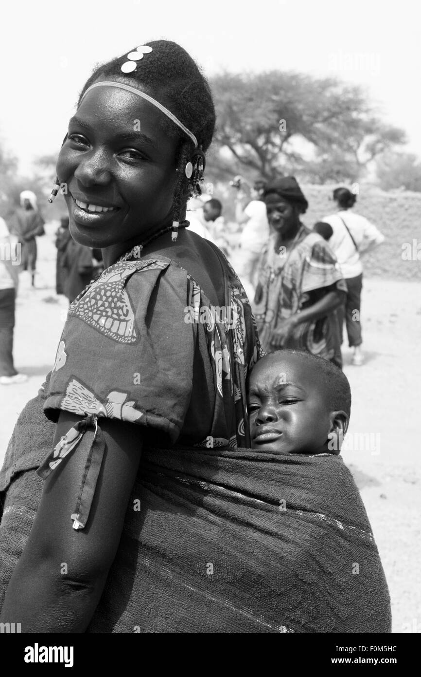 BANDIAGARA, MALI - SEPTEMBER 30, 2008:  Unidentified woman with her baby in bandiagara in the Mopti region in Mali Stock Photo