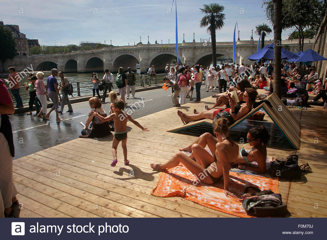 People relaxing and walking along Seine river, Paris Plage, Paris. - Stock Image